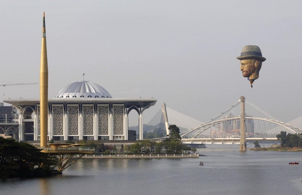 マレーシアで熱気球フェスティバル、「ゴッホ」も空を舞う